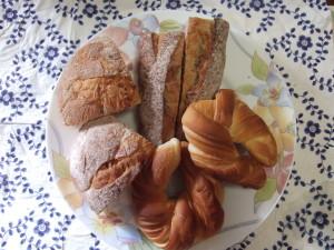 フランスベーカリーのブルーベリーパイを除き、袋から開けてカットした各パン。