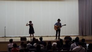 記念館のゲストは、KATA-KANAの水島 歌菜(歌)&片山 義美(ギター)