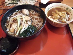 旦那は広島産牡蠣そば+ミニカレー丼を注文。牡蠣そばの牡蠣はとてもプリプリ新鮮で美味しかったとコメント。
