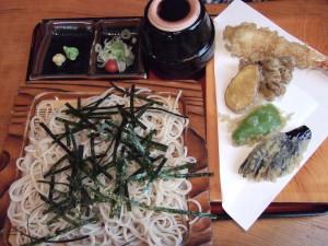 私は天ざるを注文。天ぷらはころも控えめのカラッとした食感。特に、海老は大きめで美味しかった。