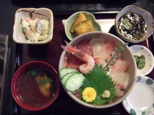 私は海鮮丼です。単品では無くセットにびっくり。