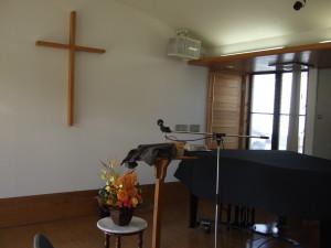チャペルはシンプルでスッキリした空間、そこに素敵なグランドピアノがあります。以前のルーテル教会はふつうのオルガンでした。