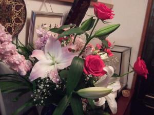 送別会で下さった花束はまだまだ生き生きとしています。ピンク色のユリが大きく開きました。