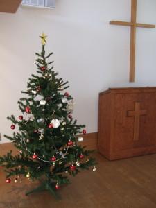 聖壇前のクリスマスツリー