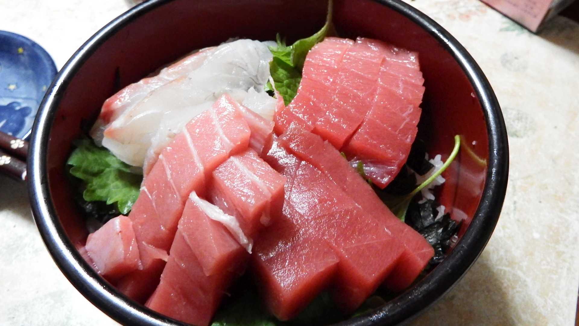 まず下から、ヤオコーで買った京都・伊根産の赤身・中トロを試食しましたが、赤身はいまいちで中トロは油がのってまあまあ・・・。私個人的にはちょっと・・・かすかに生臭みが気になりました。これは義母も同じ感想。しかし、スーパーバリューで買った熊本県産の鯛と和歌山県産の本マグロ(中トロ)のほうが、臭みもなくさっぱりしてとても美味しかったですね♪
