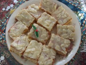 アメリカ人牧師婦人の手作りケーキ。真ん中に、ちょこっとクリスマス飾りが可愛かったです。