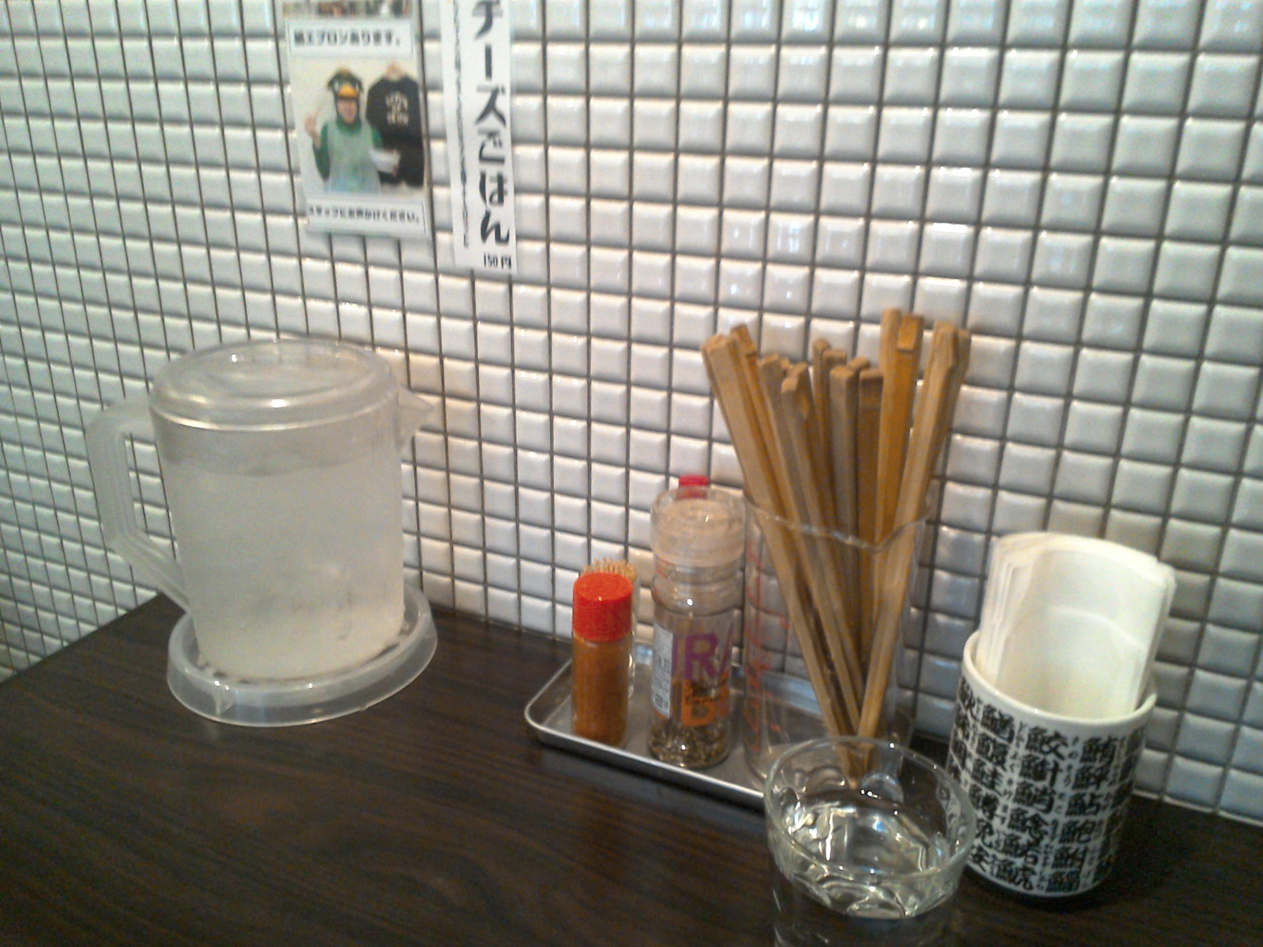壁の怪しげな写真。これは食事の時にエプロンを用意してくれるということです。なかなか気の利いたお店です。