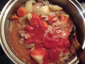 ⑥全体的に火が通ったら、クミンパウダーを混ぜ、さらにトマトピューレ+水を加えてから中火でじっくり煮込む。約30~40分くらい。