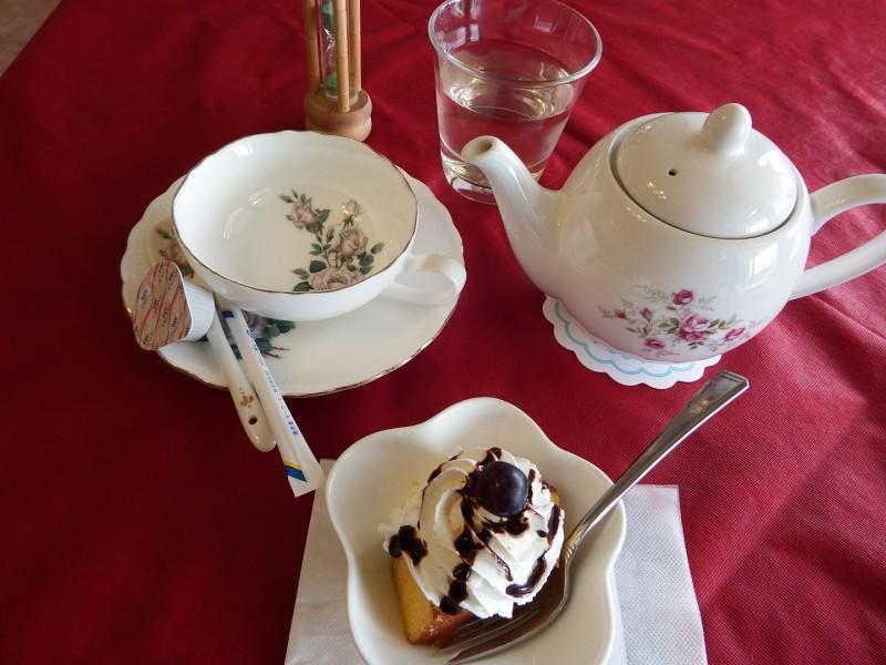 ランチに紅茶を選択。デザートと一緒にいただきました。ちなみに、ティー食器は素敵なバラのデザインです。