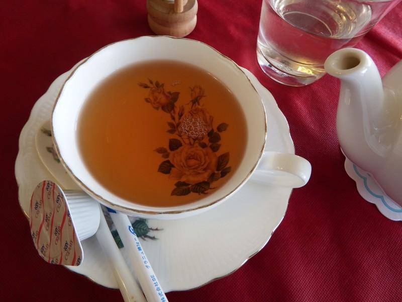 バラのティーカップに紅茶を注いだ状態です。