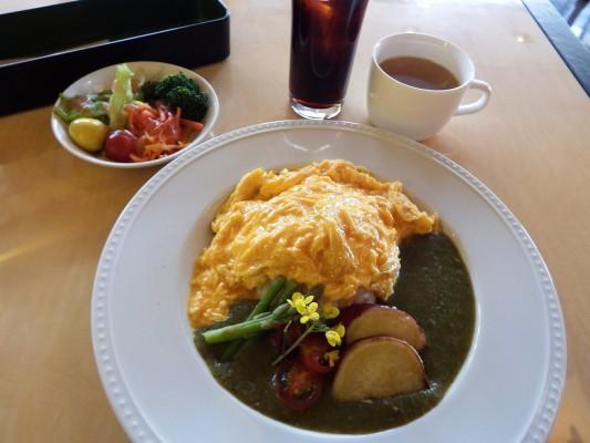 今回、¥1300(税抜き)の洋食ランチセットを注文。中身はグリーンカレーオムライスに地元の野菜に可愛い黄色のお花飾り。
