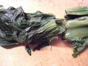 ②青菜を葉っぱと茎の間をカットする。