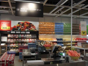 ビストロのすぐ隣は、北欧輸入食品売り場です。輸入菓子や各食品も扱っています。