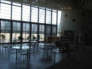 ちょっと写りが暗くてすみません。こちらはカフェとお土産コーナーです。窓の外が自由に座れるテラスがあります。