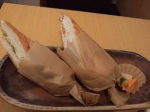いよいよメインのホットサンドウィッチがきました。中身はぷりぷりしたエビとアボガド、そして明太ソースが絡み合ってとても美味しかったし、パンも柔らかくて食べやすかった。サンドにピクルスもぴったり!