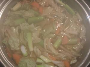 2.大鍋に白菜などの野菜を入れて煮る。野菜が柔らかくなった頃、みりんとだし醤油、塩で味を調える。