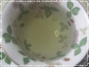 お茶の入れたては青い状態というか・・・くすんだ青緑に近い。(※お茶の葉の分量が少なかったせいか、あまり澄み切った水色とはならず・・。)