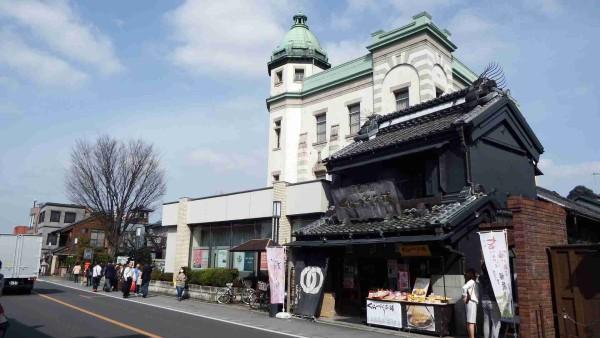 くらづくり本舗の隣り、大きな洋館は埼玉りそな銀行です。