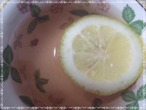 レモンを加えた瞬間、薄いピンクへ変色