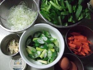 用意する材料:小松菜・ニンジン(千切り)・白髪ねぎ(仕上げ用)・ネギの芯(加熱用)・千切りしょうが・ホタテ缶・卵
