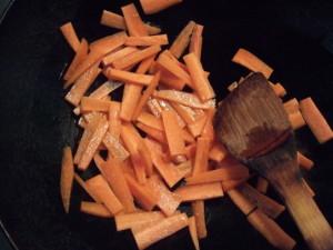 1.中華フライパンにオリーブオイルを引いて強火でよく熱した後、火の通りにくい野菜(ニンジン)から順に炒める。