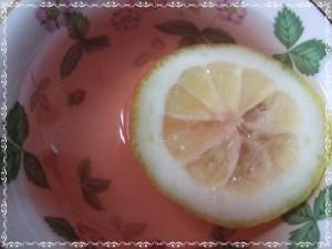 さらにレモンでなじませると、ピンクが濃くなってローズ色となりました。