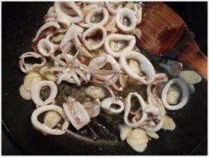 3.イカを加え、炒める。クレイジーソルトでほんの味を調整。