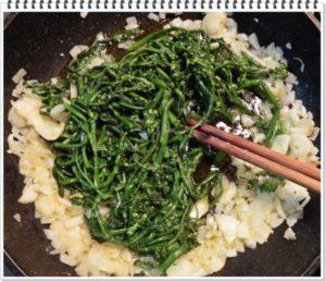 4.にんにくと新玉ねぎが透き通り始めたら、ブロッコリーを加える。