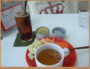 注文したアイスティーと、サラダバーから取った野菜、和風スープです。ブッフェは、お店のスタッフからオレンジの小さなお皿とカップをもらいます。