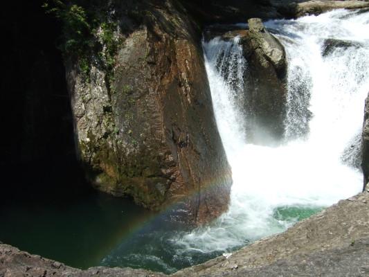 滝の水しぶきに虹