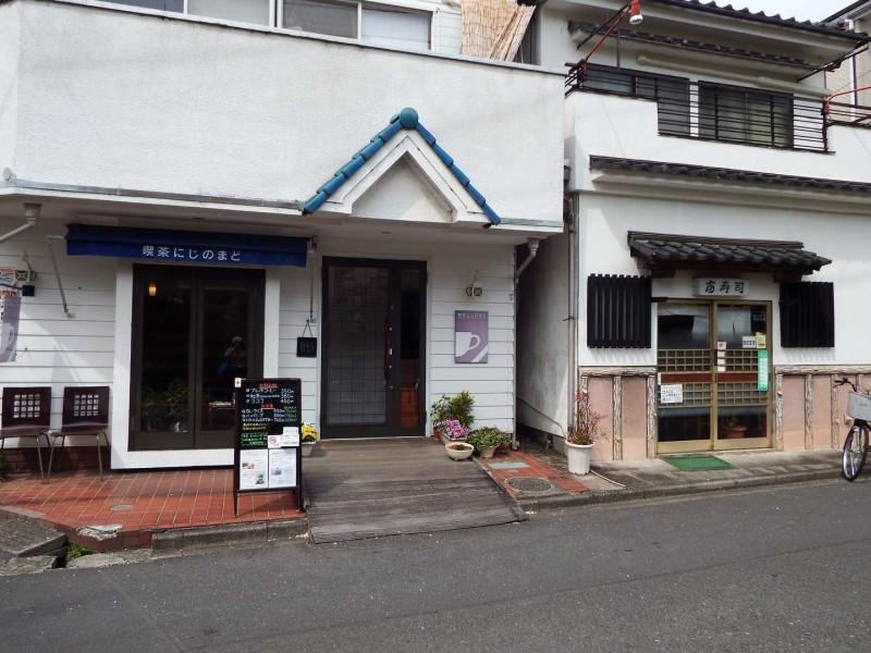 天王橋を少し過ぎた場所にもカフェとお寿司屋さんがあり、お散歩の時には休憩やお食事に寄っても良さそうな気になるお店です。