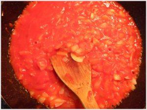 3.ニンニクと玉ねぎが飴色になる前に、トマトピューレを加えます。
