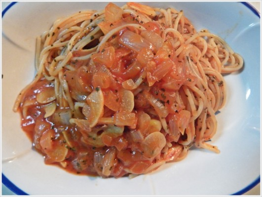 簡単トマトピューレと乾燥バジルのパスタ