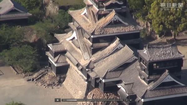 瓦や石垣が崩れ落ちている熊本城