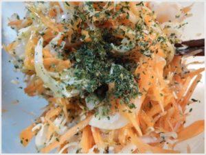 3.さらに乾燥パセリとサラダ用チーズ、オリーブオイルを加えて混ぜる。