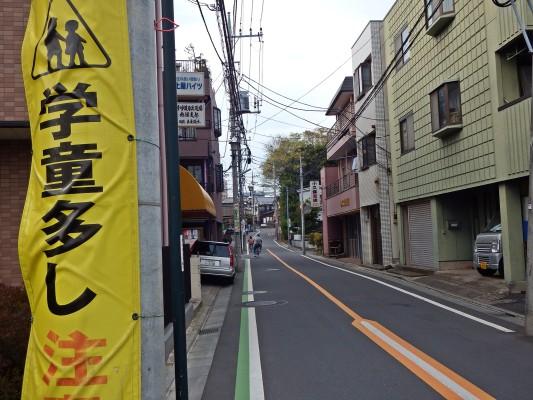 清瀬市野塩のこの道をずっとまっすぐ行けば秋津駅です。