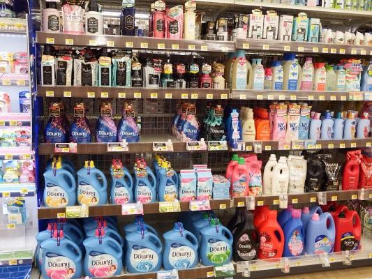島忠では人気のダウニーなどの輸入洗剤も売っています。