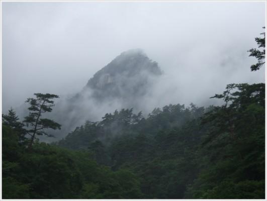 私たちが訪れた日は曇り時々雨。山の頂には雲がかかって芸術的でした。まるで墨絵のような風景です。