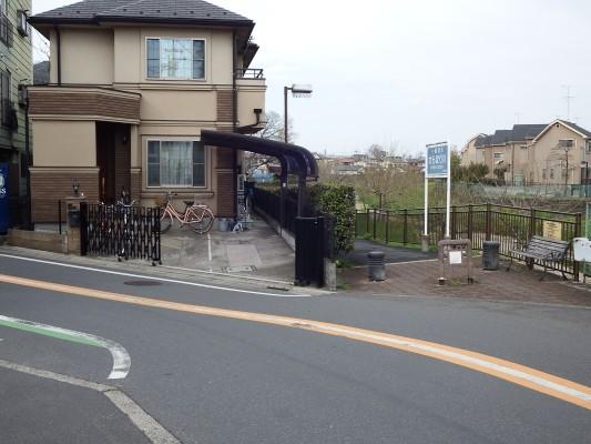 野塩橋に到着し後、一旦空堀川と道を分かれて、この通りを曲がりました。