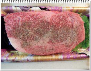 1.冷蔵した牛肉を常温状態に戻し(30分間)、焼く直前に岩塩とコショウをふっておく。