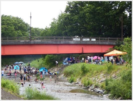 赤い金山橋の下はとにかくテントと人の集団が集中。