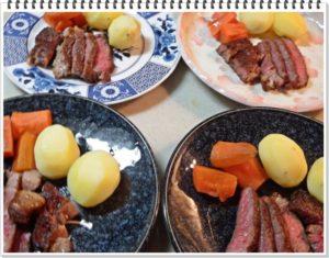 5.ステーキをカットして皿に盛りつけ、肉の上に先ほどのステーキソースをかけ、炒めたにんにくを飾ります。