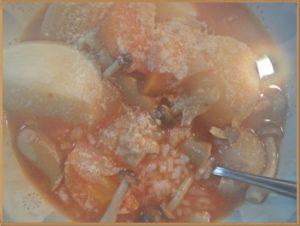 ご飯に熱々トマトスープをかけ、パルメザンやとろけるチーズをたっぷりかけるとリゾット風になります。
