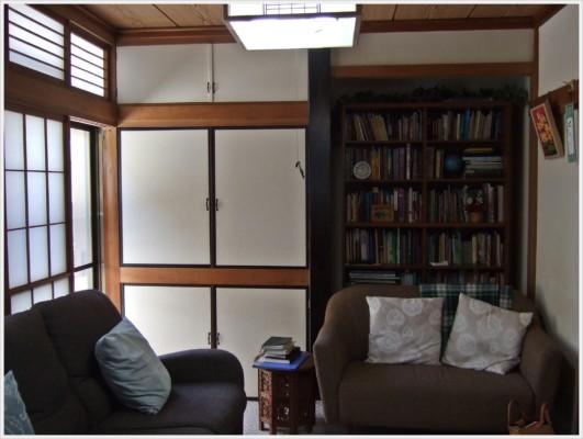 1F和室には、下は畳の上にカーペット、その上にはゆったりソフォーが二つ置いてあります。