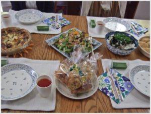 広々としたキッチンルームのテーブルでお食事です。神様に感謝の祈りをささげてから頂きました。
