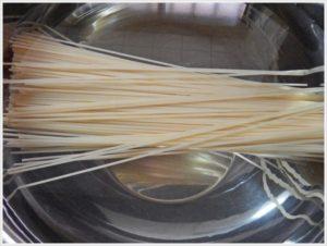 1.乾麺パスタを水に浸す。