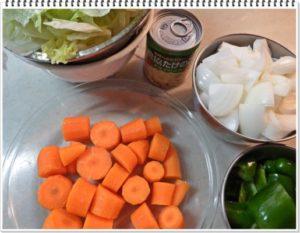 1.レタスはよく水を切り、食べやすいように千切る。玉ねぎ・ニンジン・ピーマンは乱切りにする。にんじんは耐熱皿に入れてラップをし、レンジでゆでる。