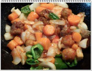 6.最後に「野菜と炒めてすぐ酢豚」を入れて、野菜と炒め合わせる。