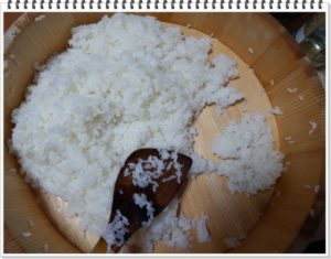 2.合わせ寿司酢をかけて団扇で仰ぐ。