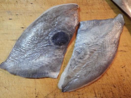 袋から出した解凍済みのマトウダイの三枚おろし。皮の真ん中に黒い斑点があります。